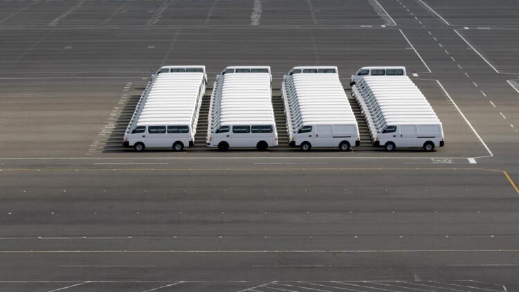 Un conjunto de camionetas Nissan, perfectamente aparcadas en la fábrica de la compañía en Yokosuka, al sur de Tokio, Japón