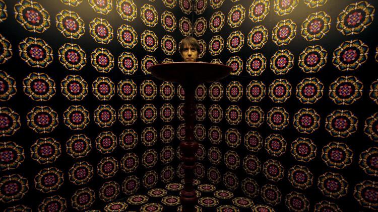 """Jonathan Aubrey, un británico de 25 años, parado entre """"Los espejos de la invisibilidad"""", en el Museo de Ciencias de Hong Kong"""