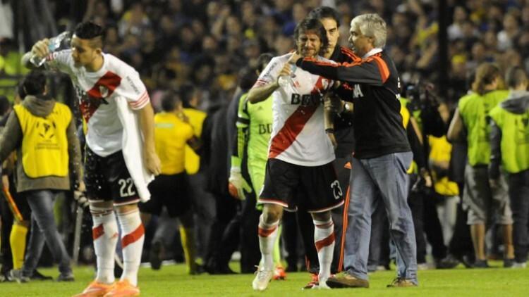 Agresión a jugadores de River Plate en el Superclásico.