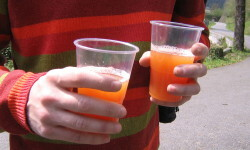 Un joven ingiere alcohol. FOTO: BocaDorada.