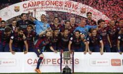 GRA414. BARCELONA, 30/05/2015.- Los jugadores del FC Barcelona, tras vencer al Athletic de Bilbao en la final de la Copa del Rey de fútbol disputada esta noche en el Camp Nou, en Barcelona. EFE/Juan Carlos Hidalgo