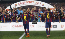 Football - Athletic Bilbao v FC Barcelona - Spanish King's Cup Final - Nou Camp - Barcelona, Spain - 30/5/15 Barcelona's Andres Iniesta and Xavi take the trophy to their team mates as they celebrate after winning the Spanish King's Cup Final  Reuters / Albert Gea