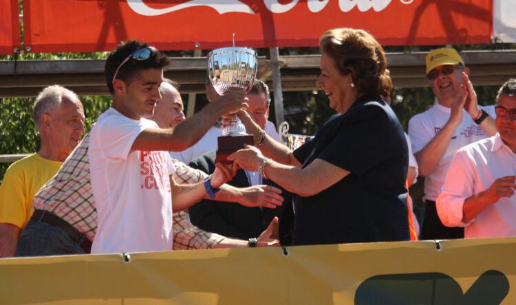 Rita Barberá entrega el trofeo a Nacho Cáceres, vencedor de la 33ª edición de la Volta a Peu