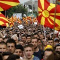 Manifestantes ondean banderas nacionales durante una protesta exigiendo la renuncia del primer ministro Nikola Gruevski, frente al edificio de gobierno en Skopje, Macedonia, el domingo 17 de mayo de 2015. (Foto AP/Boris Grdanoski)