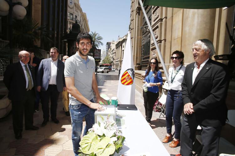 El capitán del Valencia CF hace su donación en la mesa de cuestación instalada por el club en la calle peatonal Joaquín Sorolla.