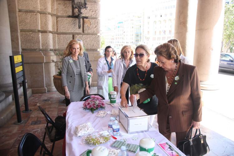Rita Barberá hace su aportación en la mesa de cuestación instalada en la puerta del Ayuntamiento.