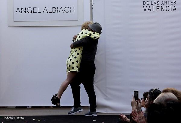 Albiach y Rodrigo se funden en una abrazo tras el éxito del pase.
