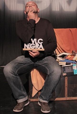 Alexis Ravelo ganó el Premio Mejor Novela VLC NEGRA 2015 por ' class=
