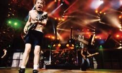 Angus Young vocalista, guitarrista y líder de la banda
