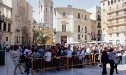 Aumenta la participación del besamanos a la Virgen de los Desamparados (1)