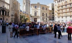 Aumenta la participación del besamanos a la Virgen de los Desamparados (10)