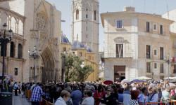 Aumenta la participación del besamanos a la Virgen de los Desamparados (2)