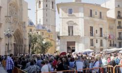 Aumenta la participación del besamanos a la Virgen de los Desamparados (3)