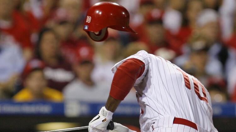 Ben Francisco, de los Philadelphia Phillies de las ligas mayores de baseball, acaba de recibir un pelotazo de Logan Ondrusek, de los Cincinnati Reds, en un juego de playoffs realizado en Filadelfia, Estados Unidos