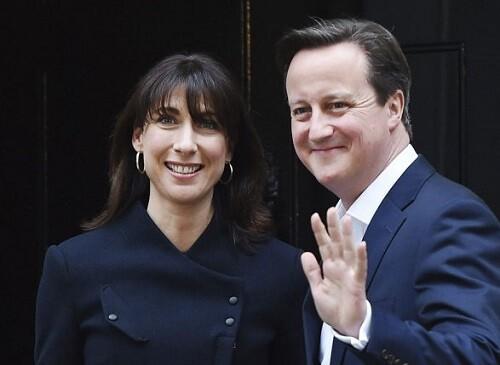 Cameron, acompañado por su esposa, saludo a sus seguidores tras su triunfo electoral.