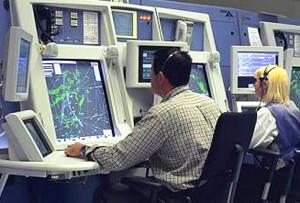 Controladores aéreos en un aeropuerto.