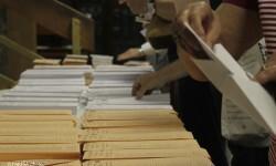 Diversos votantes eligen su opción política desde el voto.
