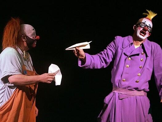 Dos clowns en una actuación.