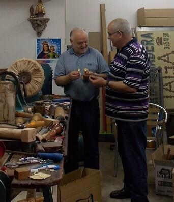 El bibliógrafo Rafael Solaz y Vicente A. Aliaga, maestro tornero que ha creado el primer prototipo del virrey.