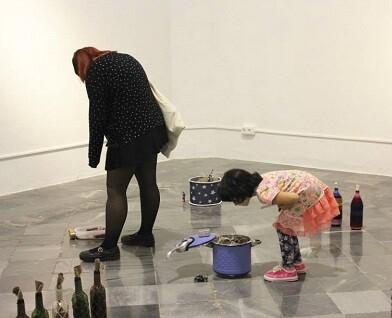 El público observa las obras que componen la exposición PAM! PAM!