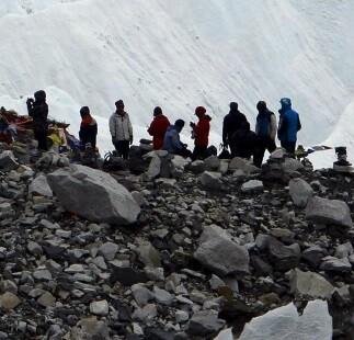 El valle de Langtang acumula piedras y barro tras el terremoto.