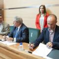 Firma del convenio de rutas medioambientales con Andilla. Foto: Abulaila