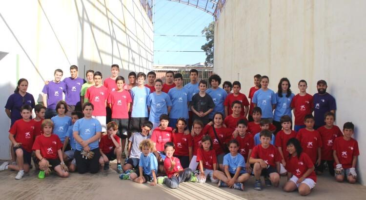 Foto. Alumnes escoles municipals de pilota de Valencia en el IES Joan Fuster