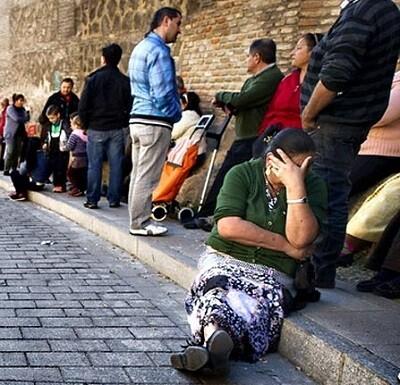 Gente a la espera de recibir comida en un banco de alimentos.