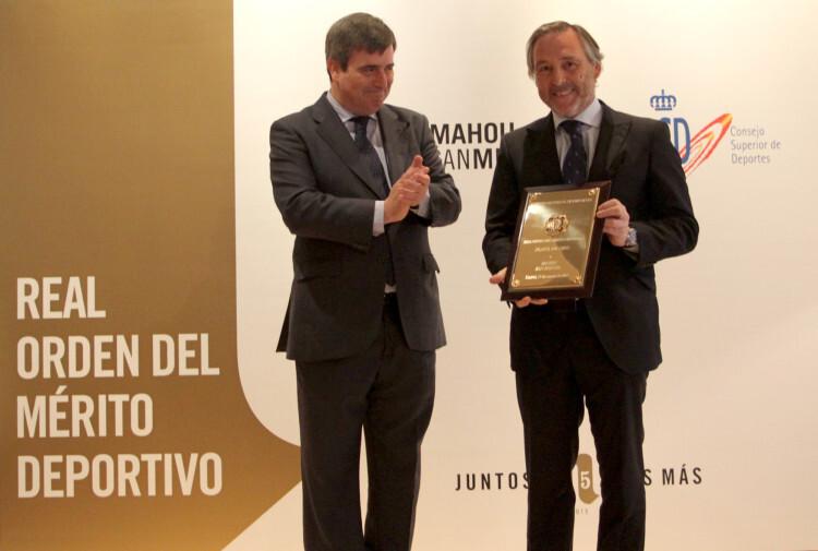 Miguel Cardenal (izda), aplaude la entrega de la placa a Javier López del Hierro.