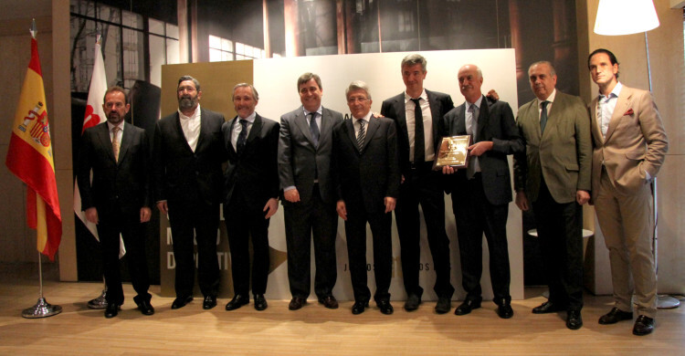 Fotografía de grupo de los numerosos invitados al acto, entre los que se encontraban Enrique Cerezo, Ángel Torres, Miguel Ángel Gil Marín y José Luis Sáez (presidente de la Federación Española de Baloncesto)