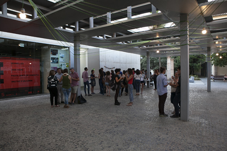 Público en el MuVIM antes de la inauguración de la pérgola diseñada por la EASD.