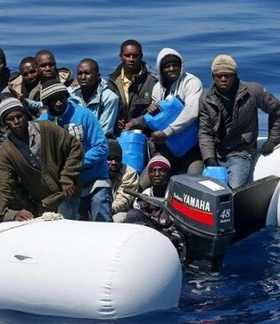 Inmigrantes cerca de las costas italianas.