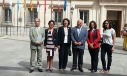 Isabel Oriol, presidenta de la AECC, junto al presidente y vicepresidente de la Comisión de Sanidad del Senado, los senadores Jesús Aguirre y José Vicente González Betancourt.