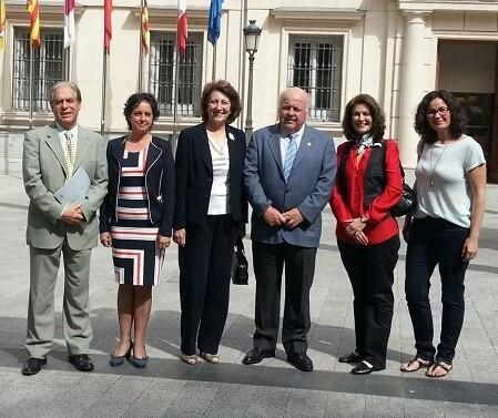 Isabel Oriol, presidenta de la AECC, junto al presidente y vicepresidente de la Comisión de Sanidad del Senado, los senadores Jesús Aguirre y José Vicente González Betancourt. - copia
