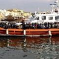 La Guardia Costera italiana traslada a un grupo de inmigrantes a la isla de Lampedusa