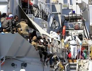 La Guardia de salvamento dobla su esfuerzo en ayudar a los inmigrantes.