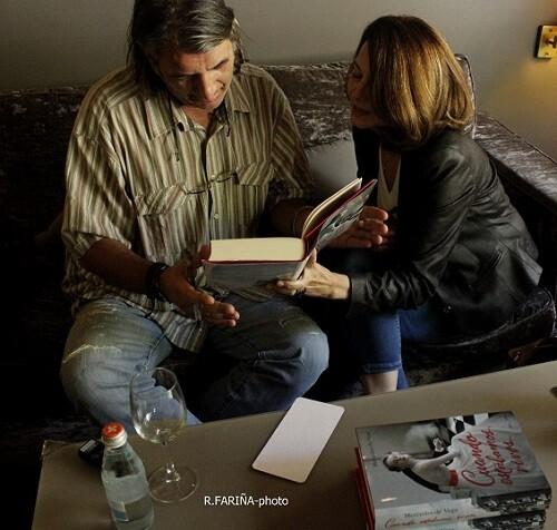 La autora repasa durante la entrevista algunos aspectos de su novela.