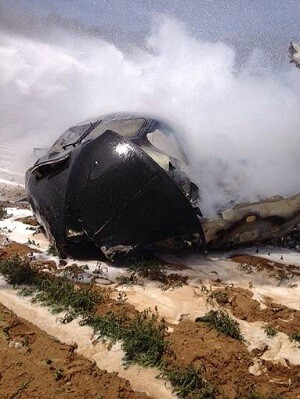 La parte frontal del avión tras incendiarse. (Foto-AFP)