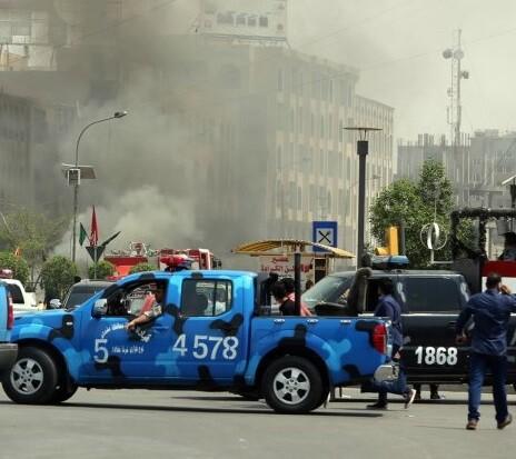 La policía controla todas las entradas y salidas de la ciudad de Bagdad tras un atentado cometido ayer por el Estado Islámico.