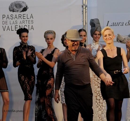 Laura de Villabonne es acompañada por Toni Rodrigo al centro de la pasarela.