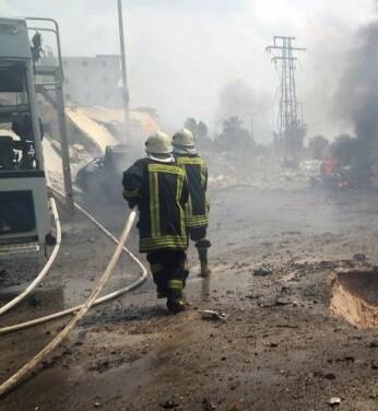 Los bomberos intentan sofocar las llamas de varios autobuses. (Foto-Reuter)