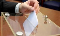 Momento de depositar el voto.