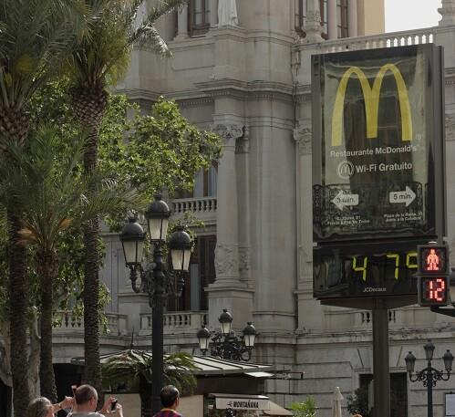 Muchas personas y turistas tomaban fotos de los registradores térmicos de la ciudad.