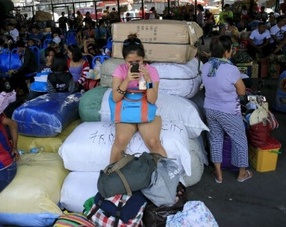 Muchos viajeros quedaron atrapados en el aeropuerto a la espera de que las autoridades permitan su salida.