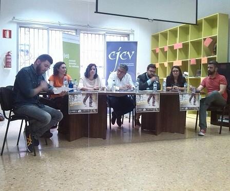 Neus Fábregas, componente de la candidatura de València en Comú al Ayuntamiento, asistió ayer a un debate sobre políticas municipales de juventud organizado por el Consell de la Joventut de Valéncia.