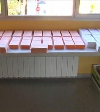 Papeletas de votos en una mesa electoral.