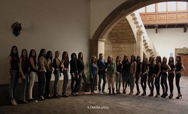 Parapetado por las modelos, Carlos Villeta, conoce el gran nivel profesional que tiene cada una de ellas.