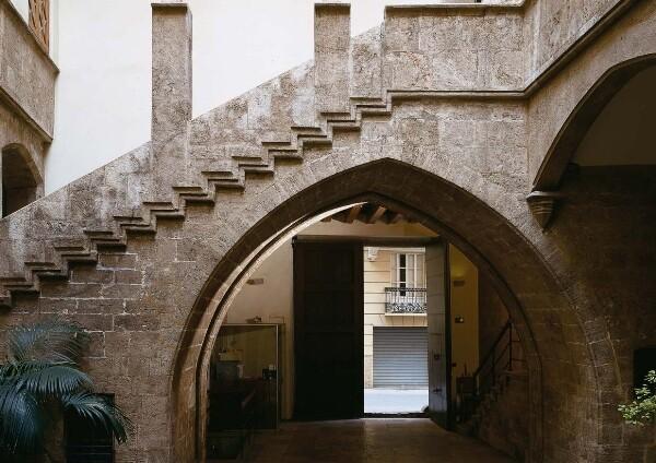 Patio gótico del Palau de l'Almirall, sede de una Conselleria, un BIC oculto a las visitas