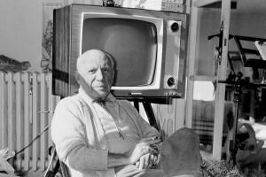 Picasso en Mougins (Francia 1969), posando junto a una televisón.