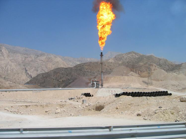 Quemador de petróleo en instalaciones petrolíferas. Foto: Rafael Bastante Casado/Silvia Sánchez Carretón.